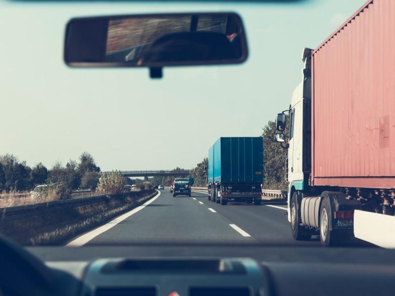 widok z busa na autostradzie w niemczech